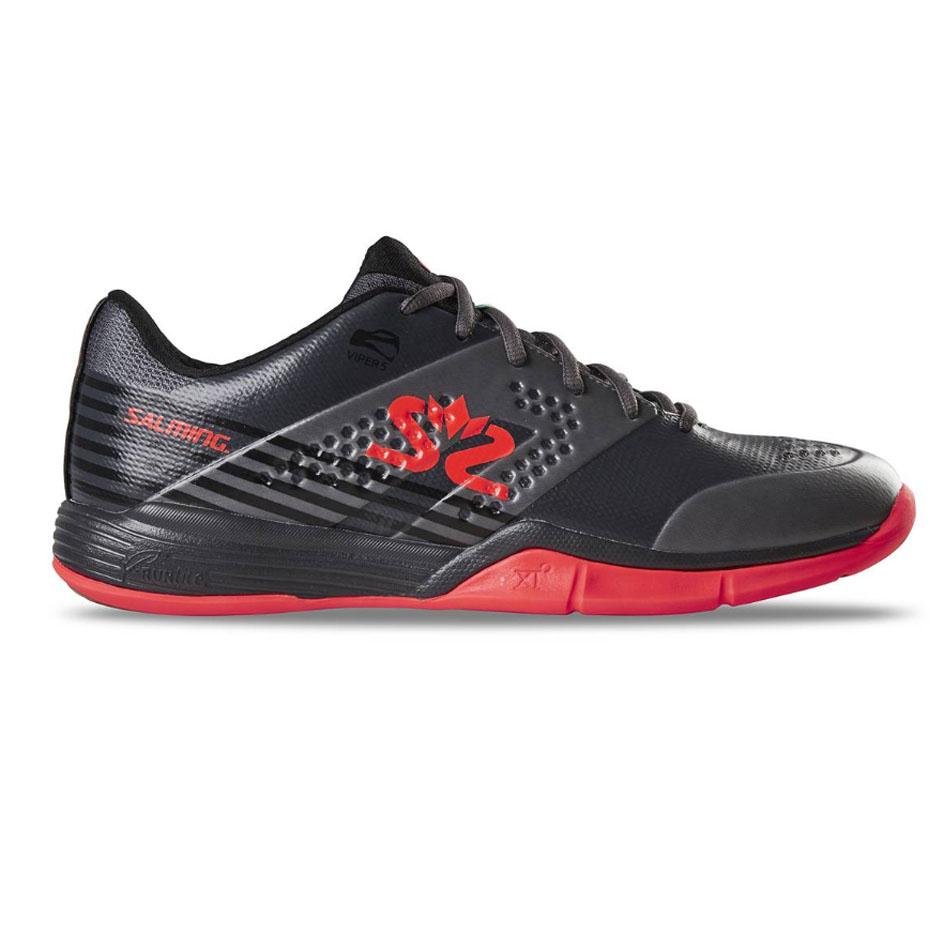 <strong>La chaussure de squash Salming Viper 5 GunMetal red </strong> est très technique et très légère, utilisée par nombre de pros et de professeurs de squash. <br>Très bonne chaussure qui favorise le démarrage, très stable, très bonne accroche, de l'amorti, du confort et le tout avec un poids très contenu.<br> Si vous hésitez entre deux tailles prenez la taille supérieure.