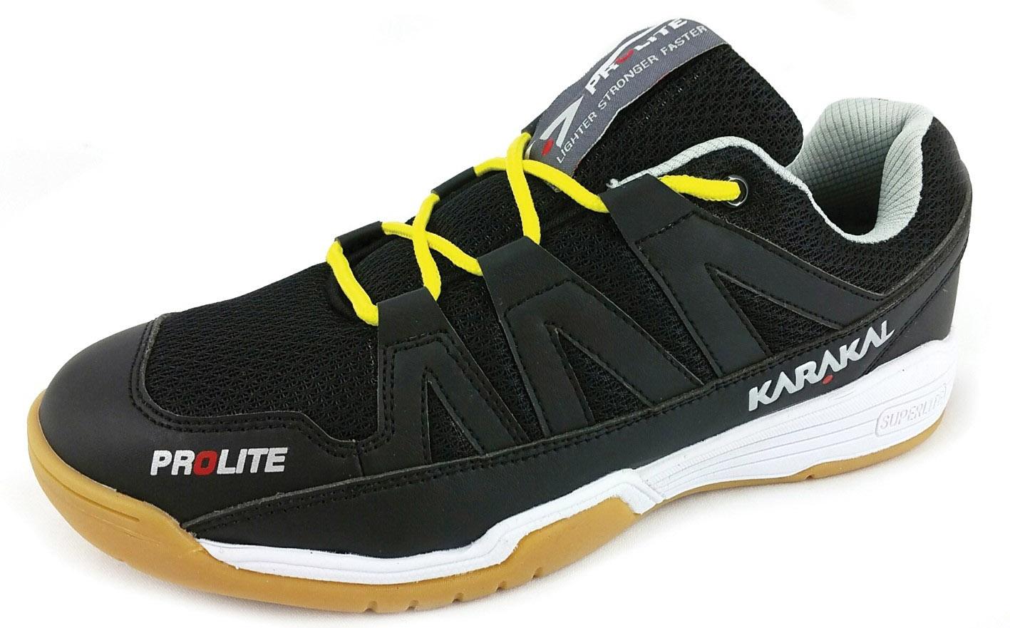 La chaussure de squash Karakal Prolite sans être une chaussure large, les pieds qui ont besoin de largeur se sentiront bien. Il y a plus d'amorti que dans les anciennes XS. Elles chaussent petites, prendre une pointure en plus.