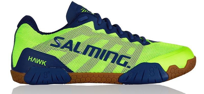 Cette nouvelle chaussure de squash Hawk Salming est un bonheur de confort. Très légère aérée et confortable. Nous aurions aimé plus de largeur à la base du talon pour la rendre plus stable pour la cheville, mais qui est déjà bien car elle très agréable à la pose du pied. Il y a un renfort sur le dessus pour ceux qui frottent un peu sur le dessus mais Ceux qui usent les chaussures sur le dessus très haut de la chaussures en trainant les pieds sur les grandes fentes il vaut mieux s'abstenir. Pour tout le reste de la très bonne chaussure emplie de technologie. Pour les pointures qui ne s'affichent pas car non en stock, demandez nous par mail afin de vérifier les disponibilités de Salming et comptez 24 à 48h de délai supplémentaire.