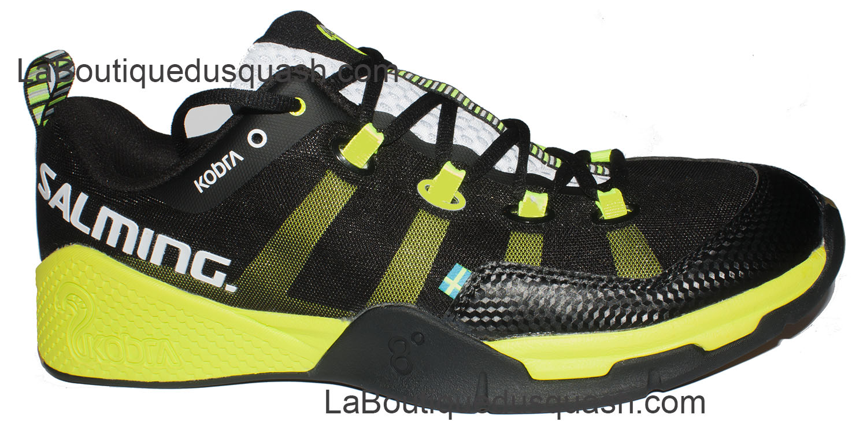 Chaussure Salming Kobra ici en noire et jaune. Elle reprend les thèmes, avec une paire de chaussures de squash très bien pensée, un amorti au niveau du talon, on sent bien l'enfoncement et avant du pied élargi à l'extérieur pour une très grande stabilité mais très bien tenu,. On se sent tout de suite bien dedans. Elles chaussent petites pour les pointures, prendre deux tailles au dessus (exemple 44 normalement, allez au 45-1/3, pour les tailles <42, 1 au dessus). 47 1/3 disponible également, précisez le dans les commentaires.