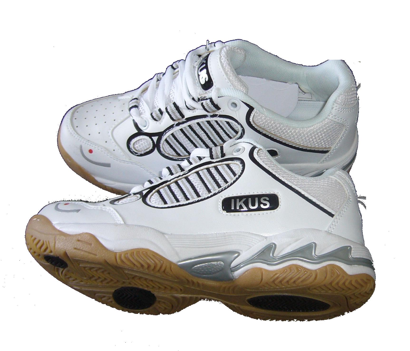 Fin de série pour cette chaussure de squash IKUS Jo1 qui procure un super grip au parquet.Très bonne accroche, stable. Cette semelle procure un meilleur confort et progresse au niveau de l'amorti qui devient très bon. Une sensation d'amorti et de confort que l'on trouve sur les haut de gamme. Le prix bas en plus en destockage pourrait donner l'illusion de qualité en retrait mais pas du tout. Elle n'a pas la modernité des couleurs flashies mais pour celui qui  veut  une bonne chaussure, une bonne semelle de squash à tarif compétitif, rien à dire.