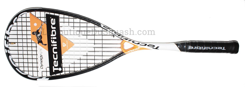La raquette de squash Tecnifibre Dynergy APX 135 est la plus puissante de raquette Tecnifibre, si l'on souhaite du poids en tête pour envoyer, reconduite en mars 2019. Reconduite pas vraiment, Le plan de cordage a changé, les cordes ne se resserrent plus sur le pont. Elle est plus équilibrée en tête que la série Carboflex. Elle accepte bien les erreurs de centrage et permet d'avoir de bonne sensation de traversée de balle. La frappe en devient plus agréable, même avec le synt gut 1.25. 14 cordes au lieu de 16, ce plan joue dans ce sens également.